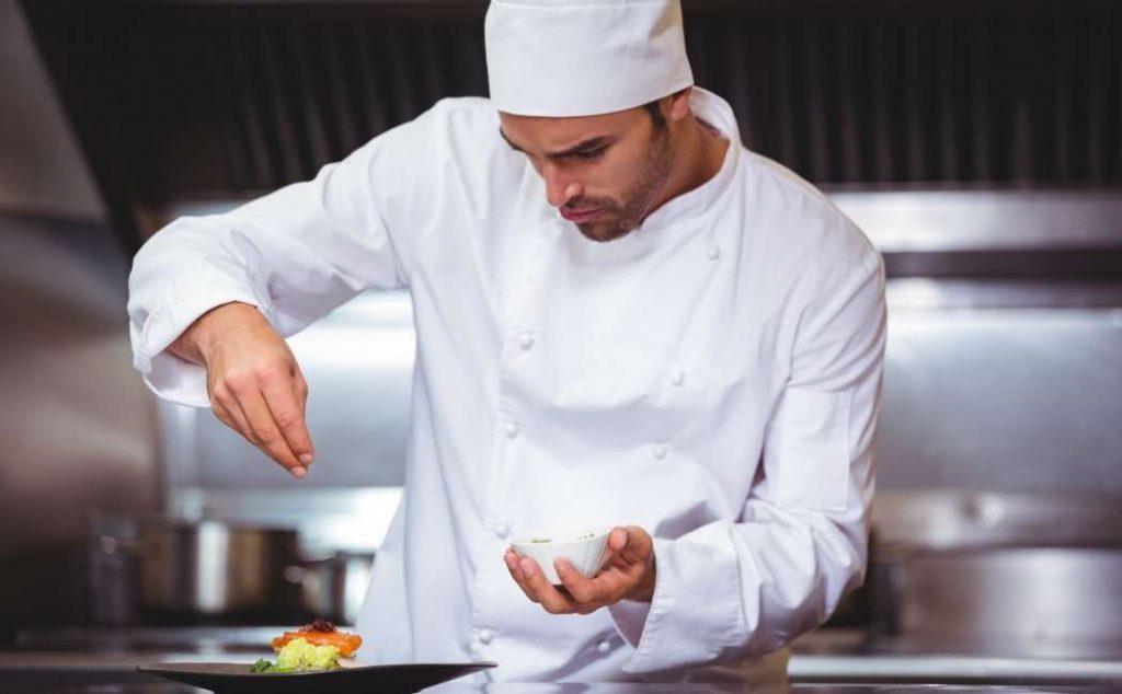 Cuoco professionista guarnisce un piatto