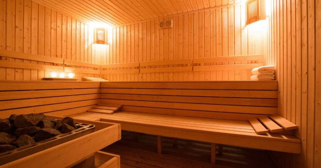 Sauna finlandese in legno illuminata